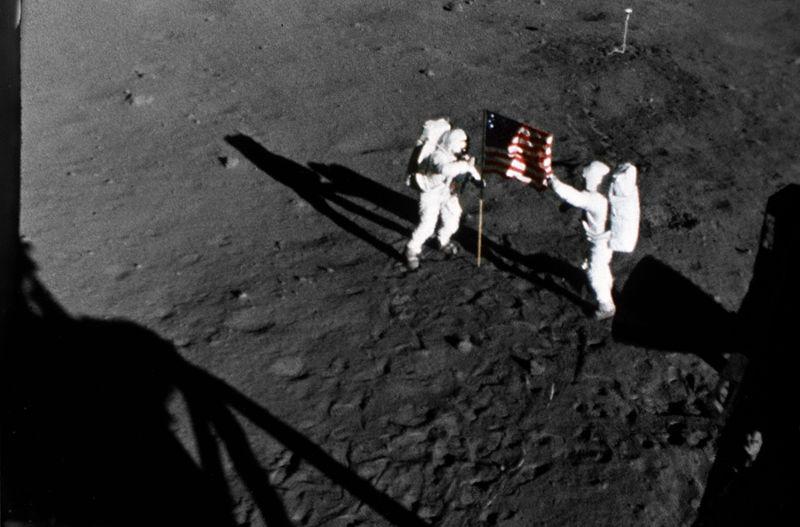 Участники миссии «Аполлон-11» (1969) устанавливают на Луне флаг США / NASA