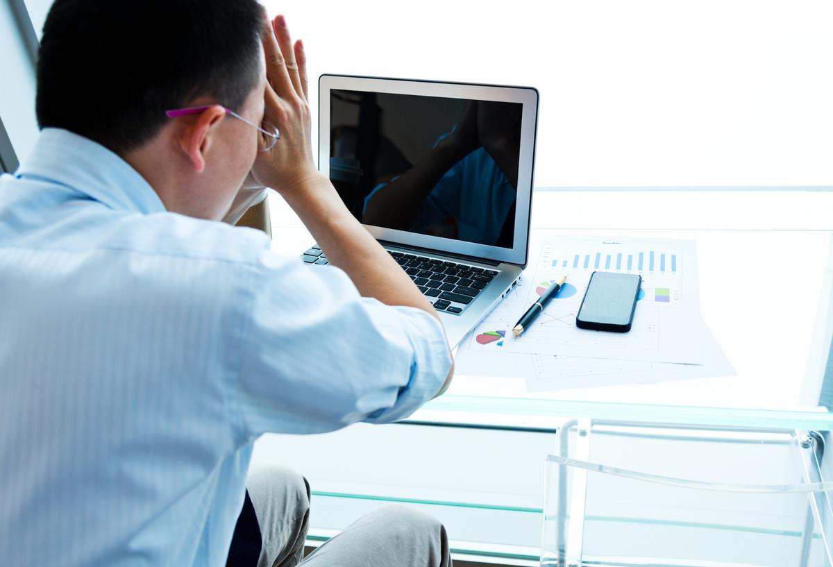 Хронический стресс на работе может привести к выгоранию - синдрому, который ВОЗ определяет как истощение энергии, негативизм, цинизм и снижение производительности
