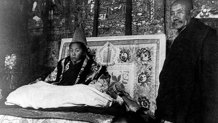 Далай-лама во время официальной церемонии возведения на трон в Лхасе в Тибете