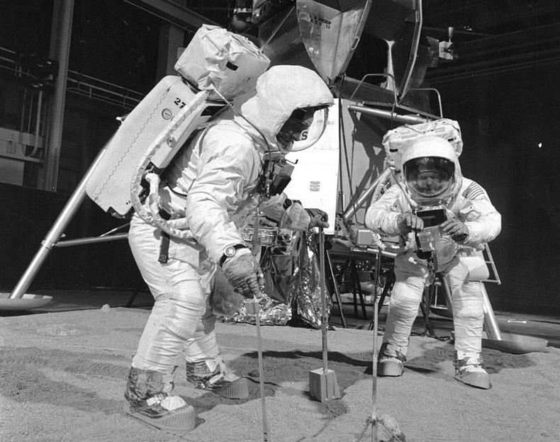 """Тренировки команды """"Аполло-11"""" возле макета лунного модуля, 1969 год"""