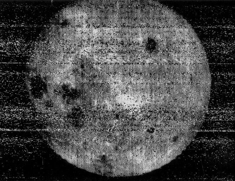 Первое изображение, показывающее обратную сторону Луны, сделано межпланетной станцией «Луна-3» в 1959 году