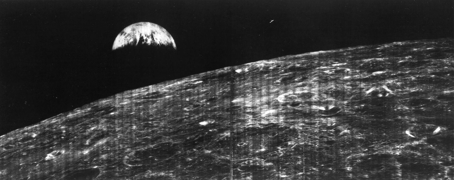 """Первый в мире снимок Земли, сделанный космическим кораблем с поверхности Луны. Фотография была передана на Землю аппаратом """"Лунар орбитер"""" в 1966 году"""