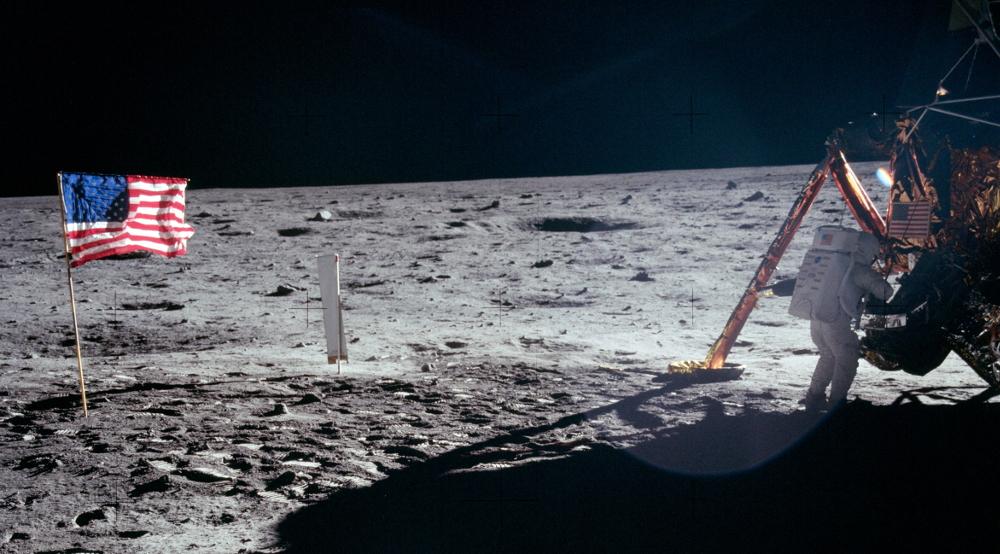 Нил Армстронг работает с лунным посадочным модулем, 21 июля 1969 года