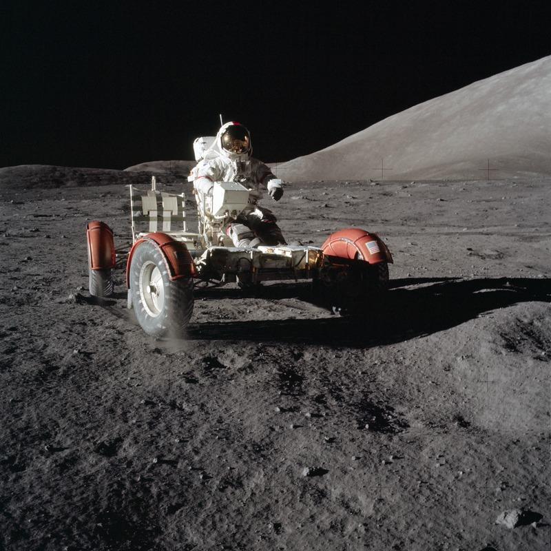 """Астронавт Юджин Сернан тестирует лунный ровер во время миссии """"Аполлон-17"""", 1972 год"""