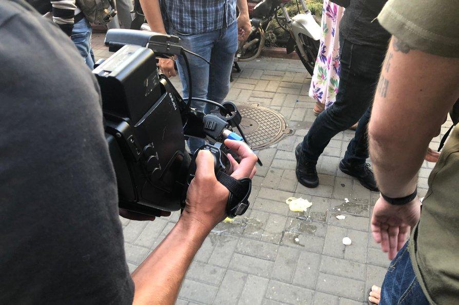 Порошенко в Киеве забросали яйцами