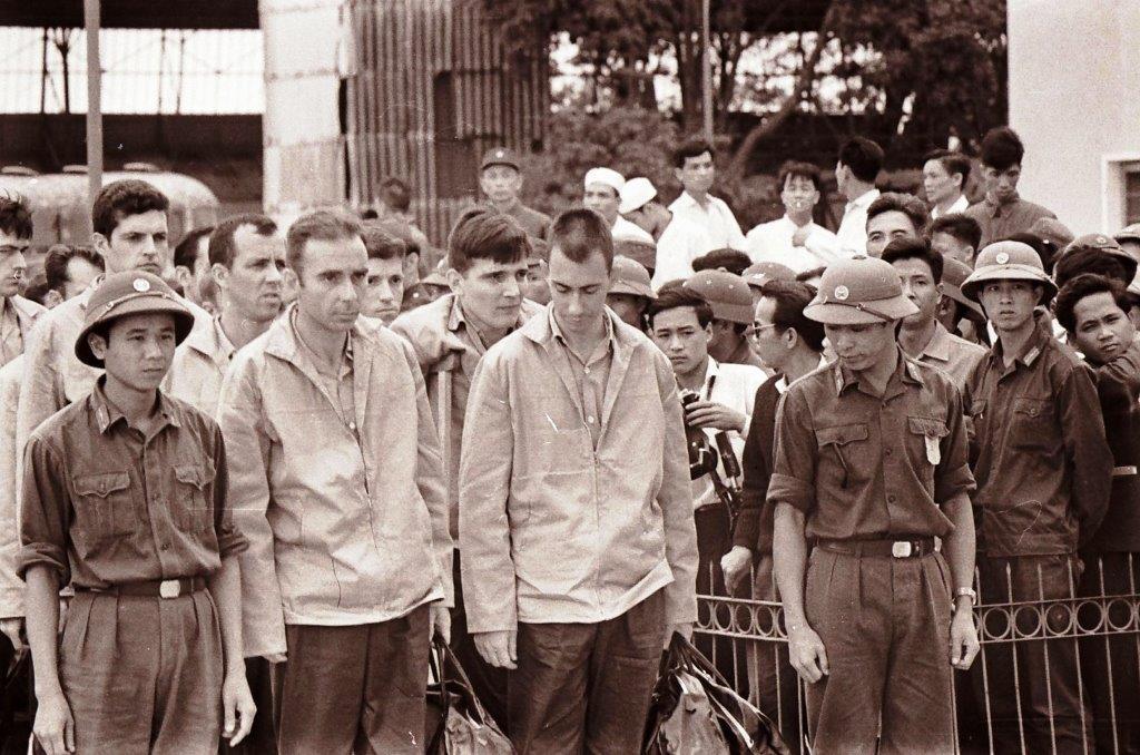 Парижское соглашение освободило из плена американцев, многие из которых провели в северовьетнамских лагерях и тюрьмах не один год.  Фото Ал.Минеева