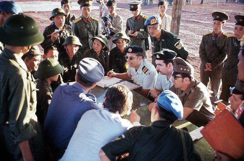 Представители Международной комиссии по контролю обмена военнопленными в лагере Лок-Нинь