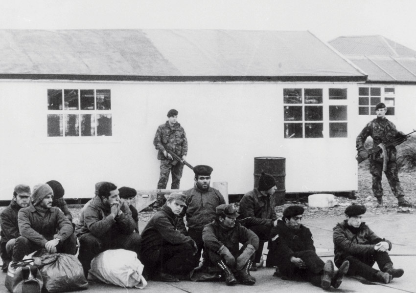 Пленные аргентинские военнослужащие на Фолклендских островах